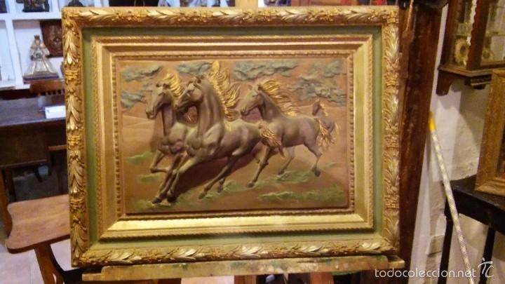Cuadro caballos en relieve